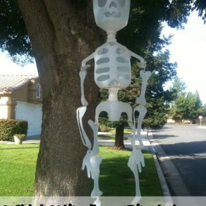 Make this Cute DIY Milk Jug Skeleton for your yard this halloween! It can even glow in the dark!!!